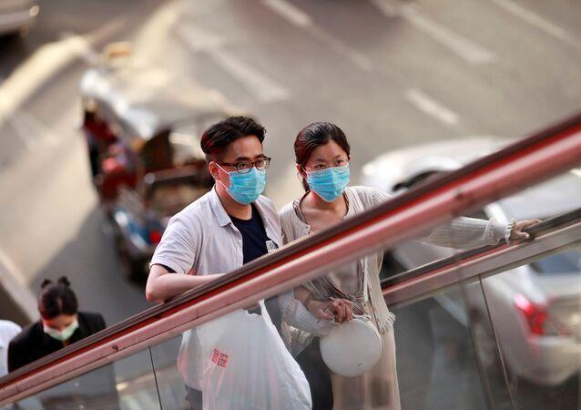 Mieszkańcy Bangkoku w maskach medycznych