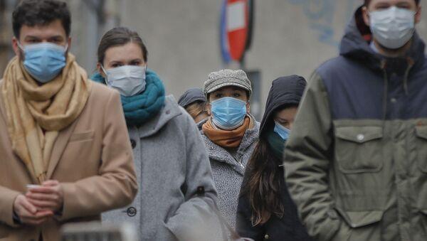 Ludzie w maskach ochronnych, Rumunia - Sputnik Polska