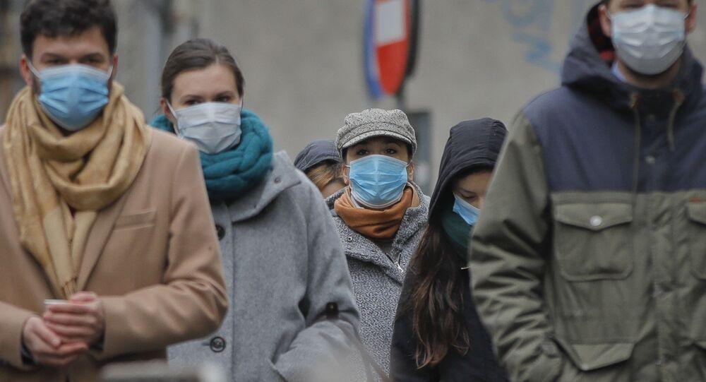 Ludzie w maskach ochronnych