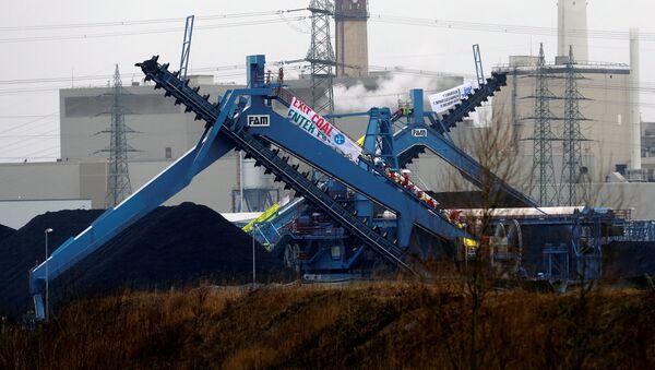 Ekolodzy pikietują przed elektrownią węglową Datteln 4 w Niemczech. - Sputnik Polska