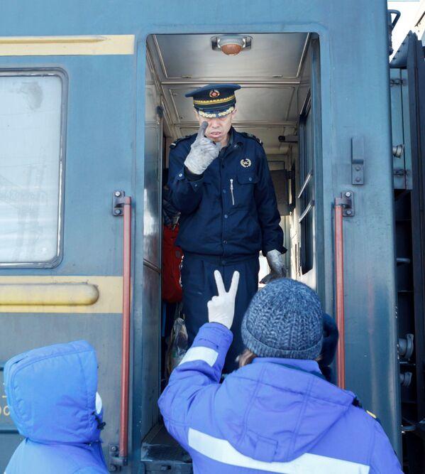 Zespół medyczny w wagonie kolejowym Pekin - Moskwa na stacji kolejowej Irkuck-Pasażerski - Sputnik Polska