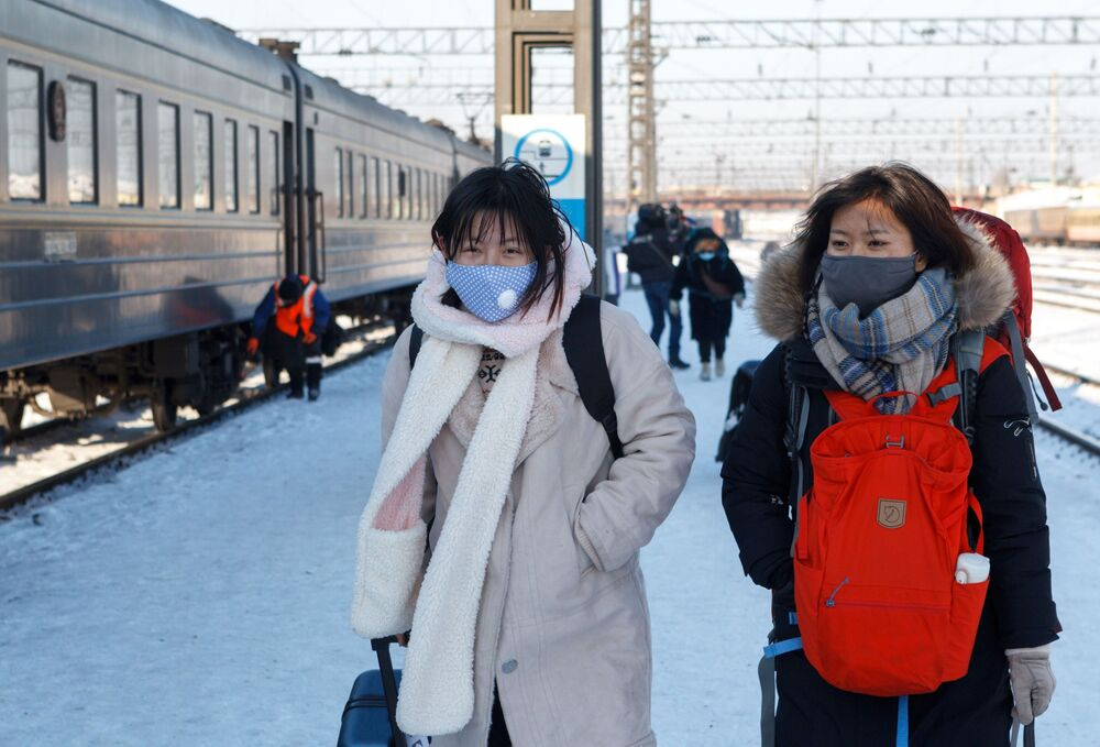 Pasażerowie pociągu Pekin-Moskwa na stacji kolejowej Irkuck-Pasażerski.