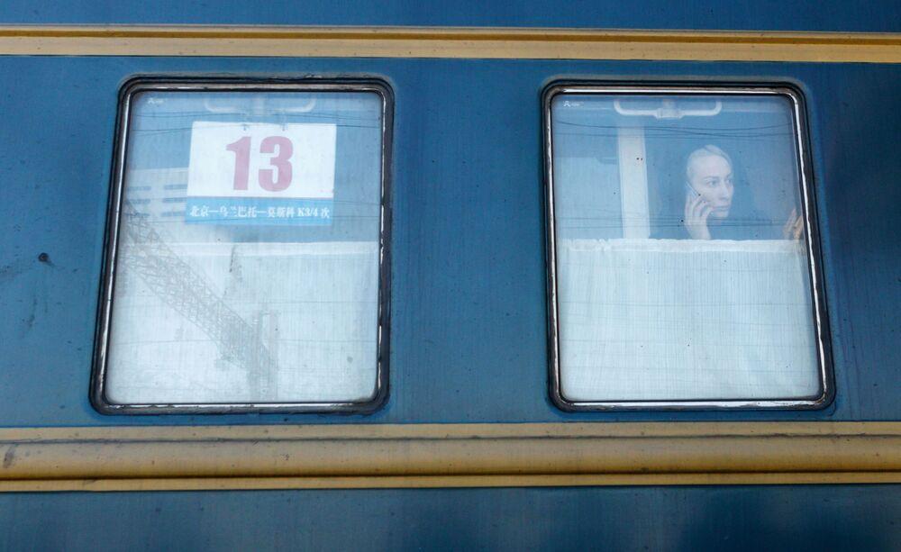Dziewczyna w wagonie pociągu Pekin - Moskwa na stacji kolejowej Irkuck-Pasażerski.