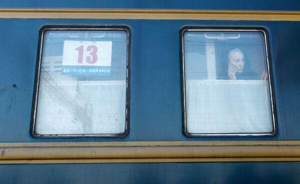 Dziewczyna w wagonie pociągu Pekin - Moskwa na stacji kolejowej Irkuck-Pasażerski - Sputnik Polska