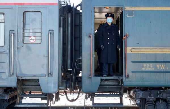 Konduktor w wagonie pociągu Pekin - Moskwa na stacji kolejowej Irkuck-Pasażerski - Sputnik Polska