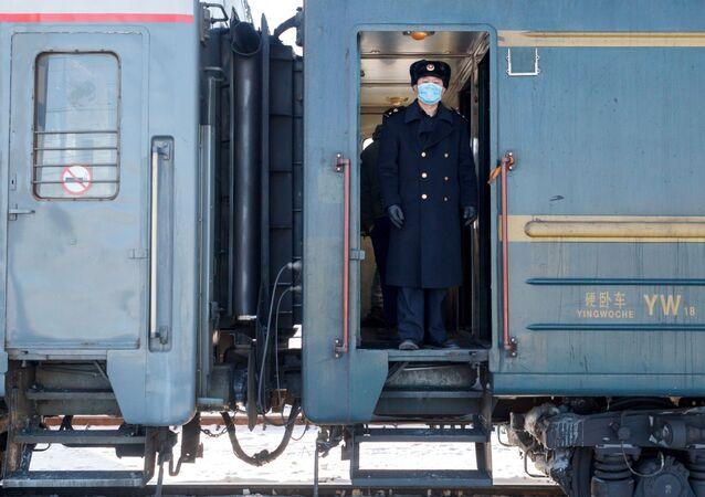 Konduktor w wagonie pociągu Pekin - Moskwa na stacji kolejowej Irkuck-Pasażerski.