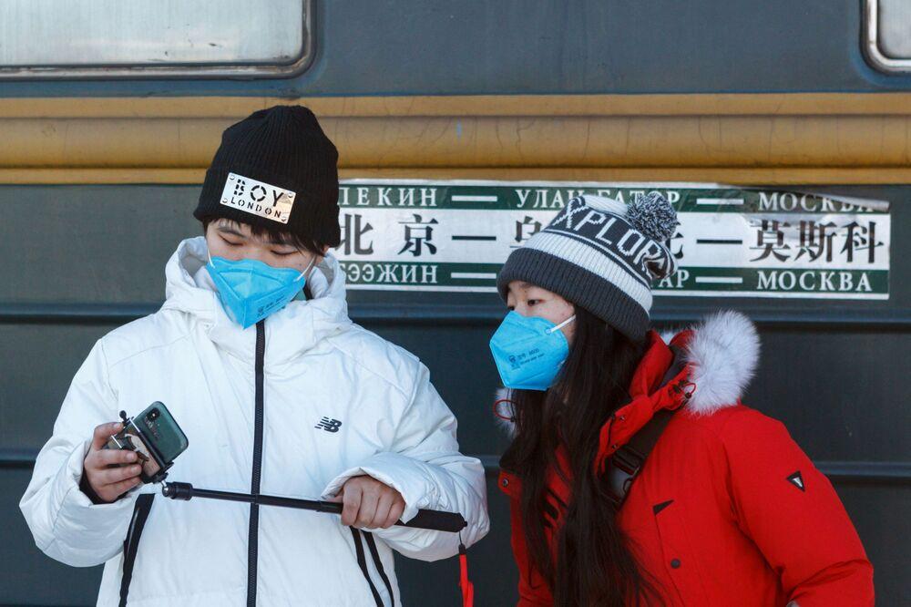 Pasażerowie oczekujący na pociąg nr 4 Moskwa-Pekin na peronie w Irkucku.