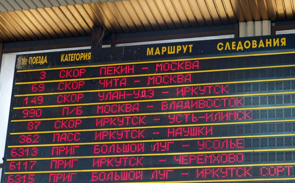 10. Tablica z rozkładem jazdy pociągów na stacji kolejowej Irkuck-Pasażerski.