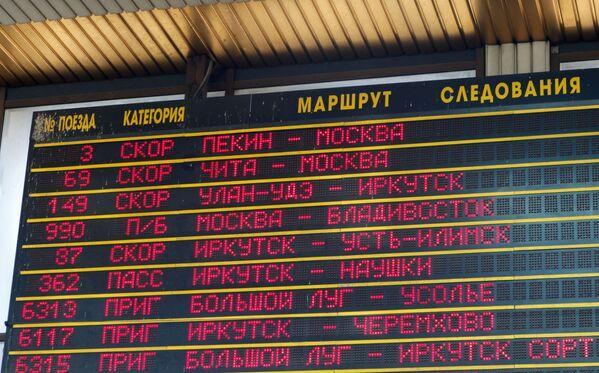 10. Tablica z rozkładem jazdy pociągów na stacji kolejowej Irkuck-Pasażerski - Sputnik Polska