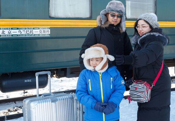 Pasażerowie oczekujący na pociąg nr 4 Moskwa-Pekin na peronie w Irkucku - Sputnik Polska