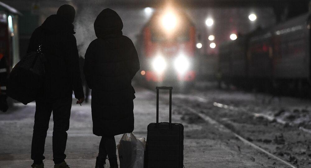 Pasażerowie oczekujący na pociąg