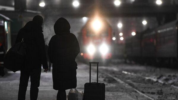 Pasażerowie oczekujący na pociąg - Sputnik Polska