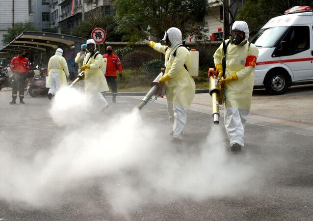 Dezynfekcja ulic w Chinach w walce przeciwko koronawirusowi