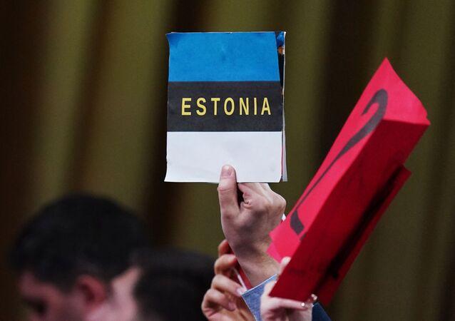 Plakat w ręku dziennikarza biorącego udział w wielkiej dorocznej konferencji prasowej prezydenta Rosji Władimira Putina.