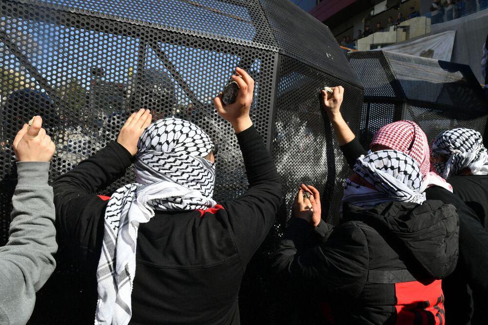 """Protestujący przy ambasadzie USA w Bejrucie przeciwko """"umowie stulecia"""" dot. pokojowego rozwiązania konfliktu między Izraelem a Palestyną"""