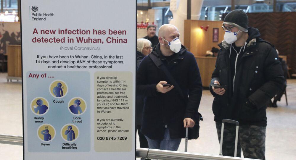 Pasażerowie w maskach ochronnych na lotnisku Heathrow w Londynie
