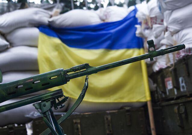 Karabin snajperski na tle flagi ukraińskiej