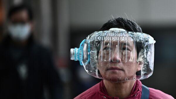 Mieszkaniec Hongkongu używa plastikowej butelki jako maski do ochrony przed koronawirusem - Sputnik Polska