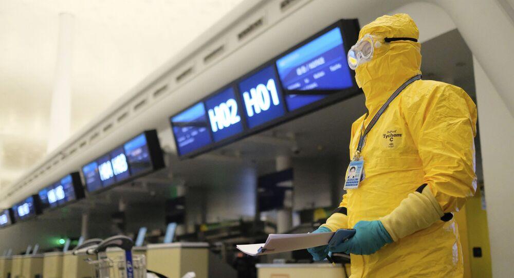 Pracownik w kostiumie ochronnym w porcie lotniczym, Wuhan
