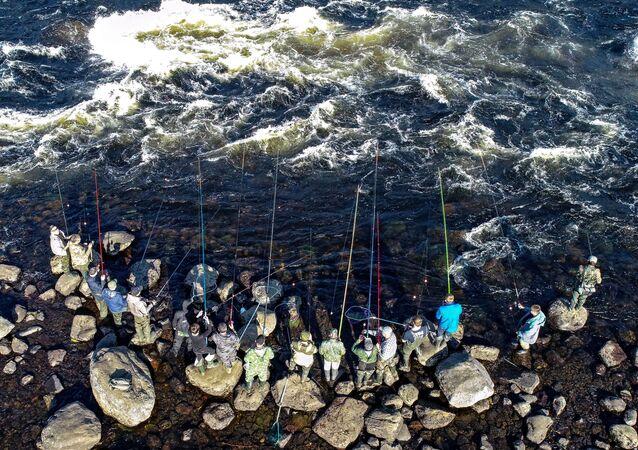 Rybacy łowią ryby w rzece Umba w obwodzie murmańskim