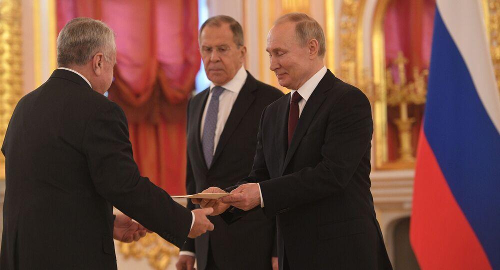 Prezydent Rosji Władimir Putin i minister spraw zagranicznych Siergiej Ławrow na uroczystości wręczenia listów uwierzytelniających
