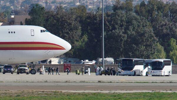 Samolot z amerykańskimi obywatelami, wyewakuowanymi z chińskiego Wuhan w bazie amerykańskich sił zbrojnych w Kalifornii - Sputnik Polska
