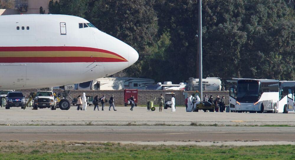 Samolot z amerykańskimi obywatelami, wyewakuowanymi z chińskiego Wuhan w bazie amerykańskich sił zbrojnych w Kalifornii