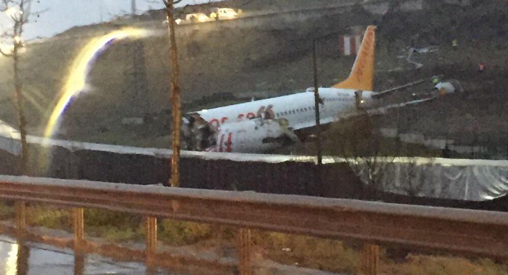 Pożar samolotu Boeing na lotnisku w Stambule.
