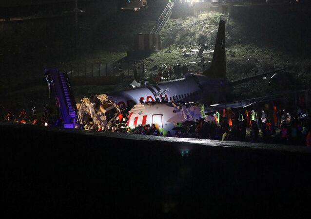Pożar samolotu Boeing 738 na lotnisku w Stambule.