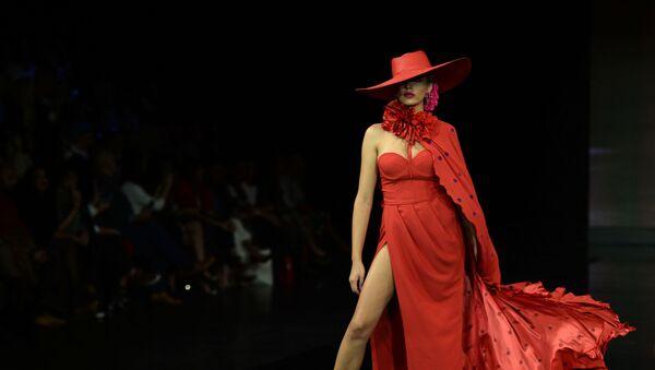 Modelka w kreacji zaprojektowanej przez Veronica de la Vega podczas Międzynarodowego Pokazu Flamenco Fashion Show - Sputnik Polska