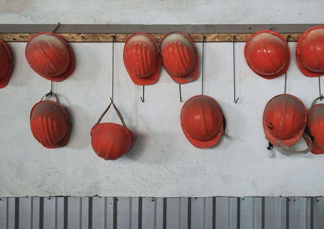 Hełmy robotników zakładu przetwórczego