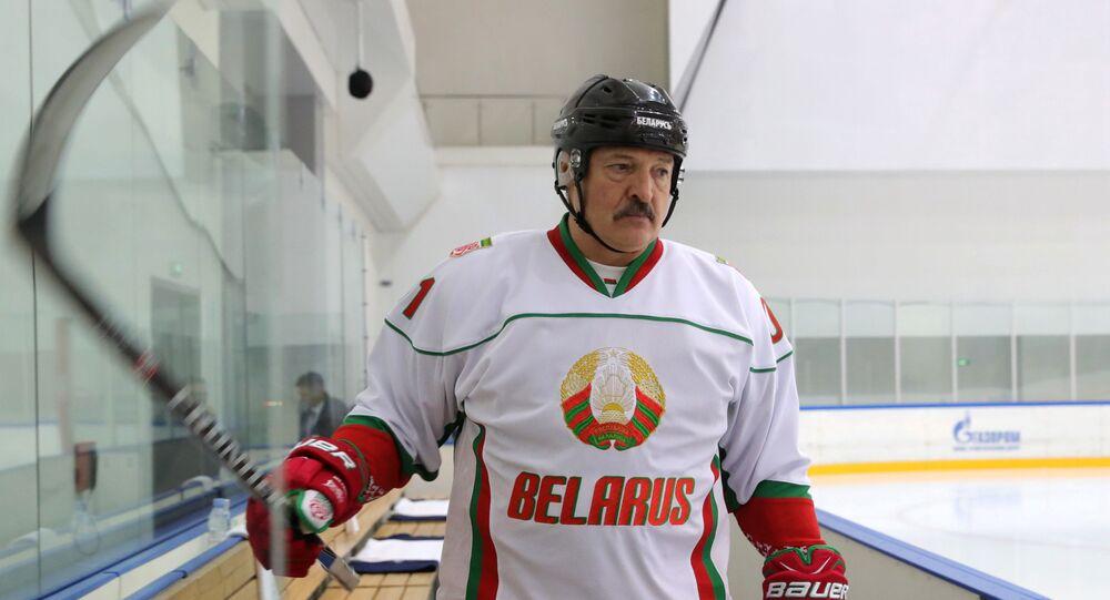 Aleksandr Łukaszenka gra w hokeja w Soczi