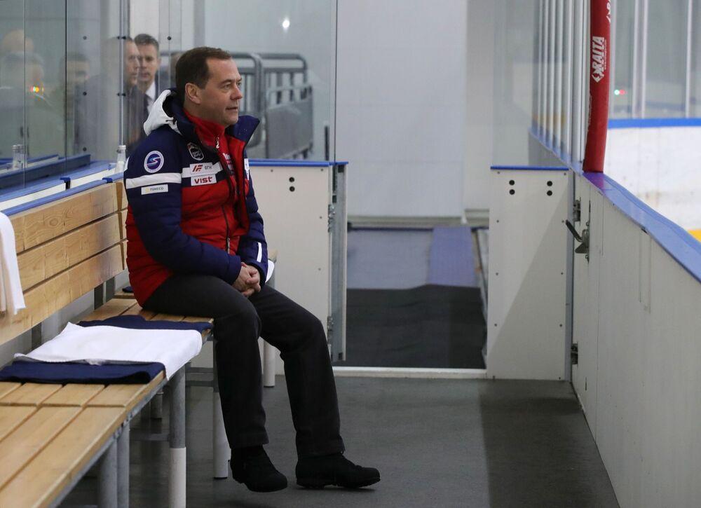 Dmitrij Miedwiediew ogląda mecz
