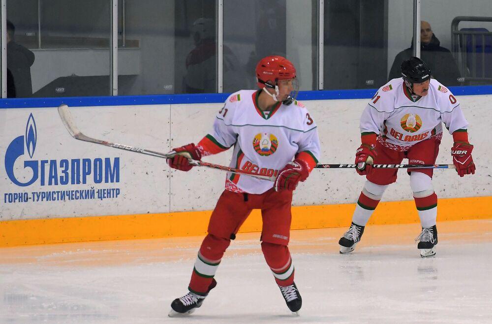 Aleksandr Łukaszenka z synem Nikołajem grają w hokeja w Soczi