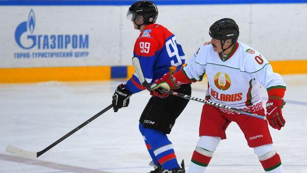 Władimir Putin i Aleksandr Łukaszenka grają w hokeja w Soczi - Sputnik Polska