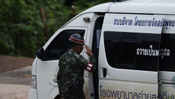 Tajlandzki funkcjonariusz policji przy karetce pogotowia - Sputnik Polska