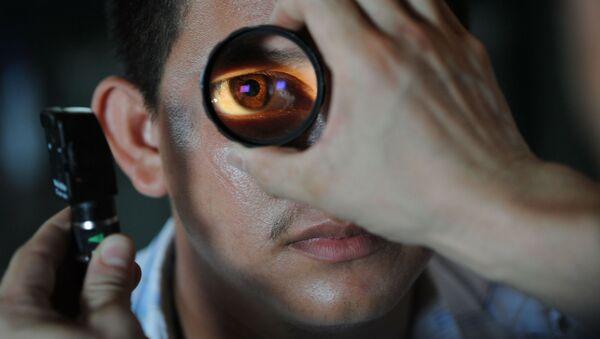 Mężczyzna podczas wizyty u okulisty - Sputnik Polska