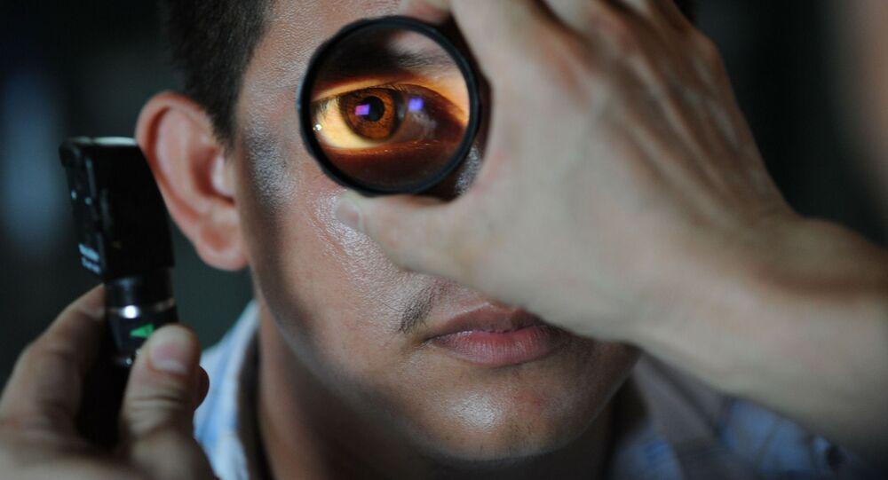 Mężczyzna podczas wizyty u okulisty