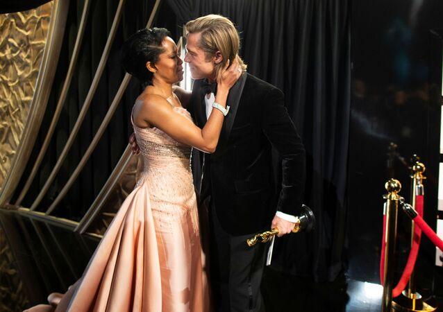 Aktor Brad Pitt i aktorka Regina King podczas ceremonii rozdania nagród Oscary 2020