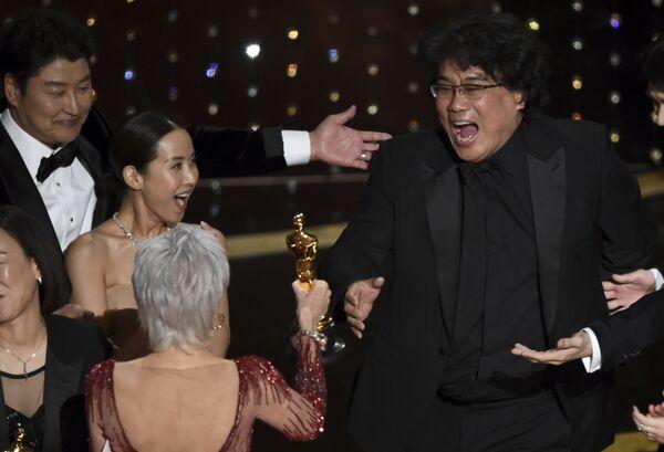 Reżyser Bong Joon Ho podczas odbierania statuetki Oskar w Los Angeles  - Sputnik Polska