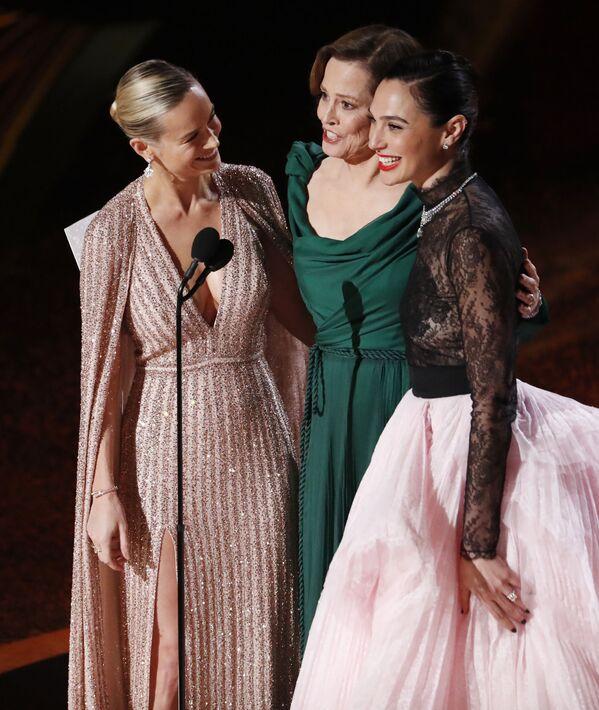 Aktorki Brie Larson, Sigourney Weaver i Gal Gadot podczas ogłoszenia nominacji w kategorii Najlepsza muzyka filmowa podczas 92. ceremonii wręczenia Oscarów - Sputnik Polska