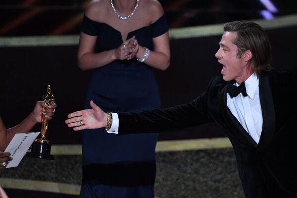 Aktor Brad Pitt odbiera statuetkę w kategorii Najlepszy aktor drugoplanowy podczas 92. ceremonii wręczenia Oscarów - Sputnik Polska
