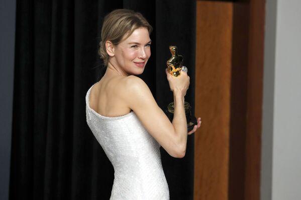 Aktorka Renee Zellweger pozuje do zdjęcia ze zdobytym Oscarem, Los Angeles  - Sputnik Polska
