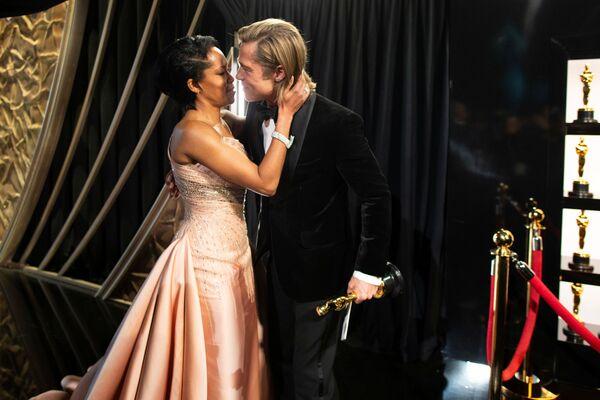 Aktor Brad Pitt i aktorka Regina King podczas ceremonii rozdania nagród Oscary 2020 - Sputnik Polska