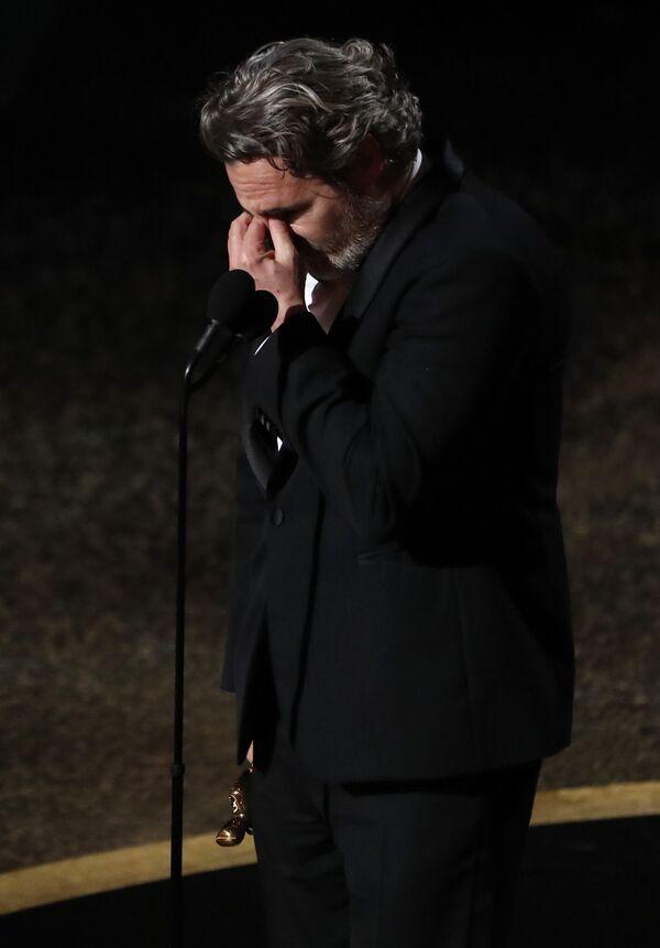 Wzruszony aktor Joaquin Phoenix po otrzymaniu Oscara za najlepszą rolę męską, Los Angeles  - Sputnik Polska