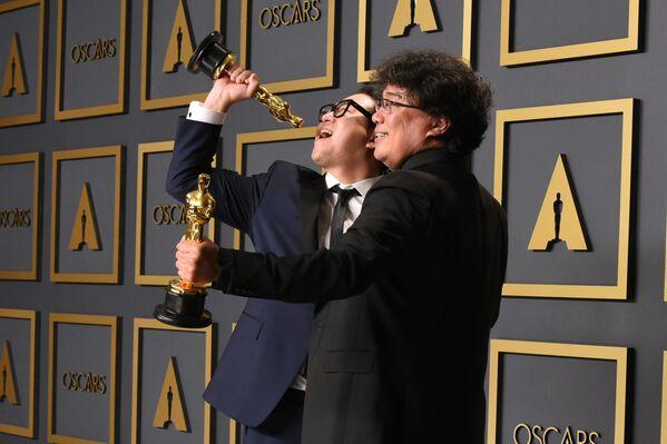 Han Jin-won i Bong Joon-ho pozują do zdjęć ze statuetkami podczas 92. ceremonii wręczenia Oscarów  - Sputnik Polska