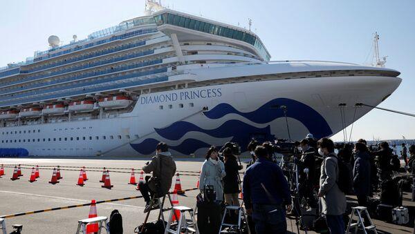 Fotografowie i korespondenci przy statku wycieczkowym Diamond Princess poddanemu kwarantannie w japońskim porcie w Jokohamie - Sputnik Polska