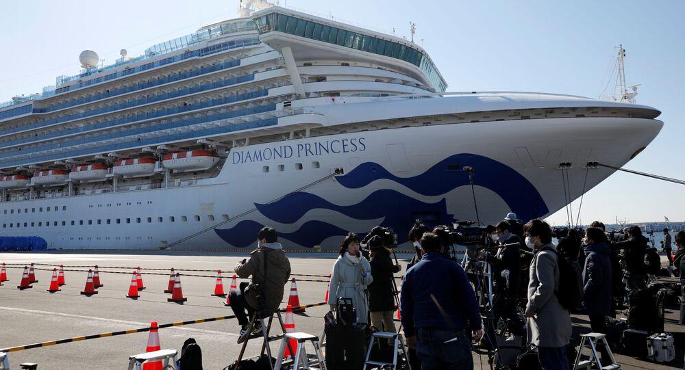 Fotografowie i korespondenci przy statku wycieczkowym Diamond Princess poddanemu kwarantannie w japońskim porcie w Jokohamie