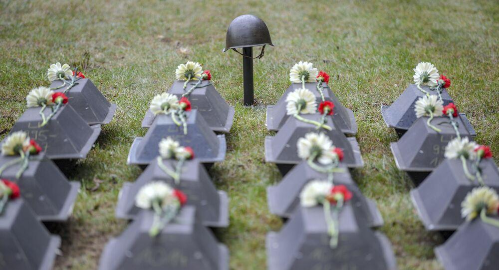 Trumny z prochami żołnierzy Armii Czerwonej podczas ceremonii pochówku na radzieckim cmentarzu wojskowym w Lebus, Niemcy