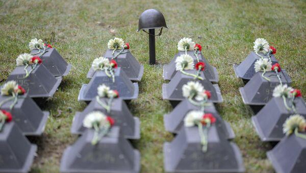 Trumny z prochami żołnierzy Armii Czerwonej podczas ceremonii pochówku na radzieckim cmentarzu wojskowym w Lebus, Niemcy - Sputnik Polska